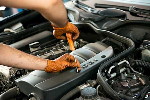 Auto-mit-Motorschaden-Reparatur