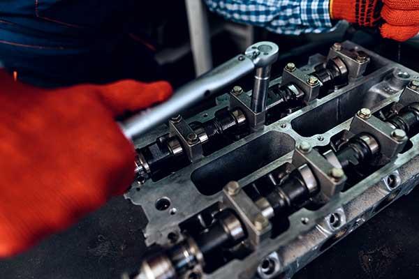 Auto-mit-Motorschaden-Werkstatt